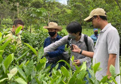 นายสุเมธ  พากเพียร นักวิชาการเกษตรชำนาญการ   และ นายพีรวัฒน์ รัตนชัยประสิทธิ์ นักวิชาการเกษตร ศูนย์วิจัยเกษตรหลวงเชียงใหม่ สถาบันวิจัยพืชสวน กรมวิชาการเกษตรเป็นวิทยากรถ่ายทอดองค์ความรู้เรื่องชา และสาธิตการขยายพันธุ์ชา ให้แก่เจ้าหน้าที่ของทางบริษัทฯ ณ ไร่ชาอรักษ ตำบลบ้านช้าง อำเภอแม่แตง จังหวัดเชียงใหม่