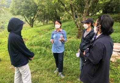 นางสาวจงรัก อิ่มใจ ผู้อำนวยการศูนย์วิจัยเกษตรหลวงเชียงใหม่ สถาบันวิจัยพืชสวน กรมวิชาการเกษตร และข้าราชการ ศกล.ชม. เข้าสำรวจพื้นที่ และติดตามผลการดำเนินงานโครงการสร้างอัตลักษณ์กาแฟอะราบิกาสถานีเกษตรหลวงอ่างขาง